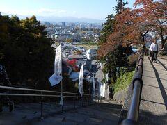 お腹いっぱいカロリーを摂った後は運動です。見上げるような先まで続く階段をゆっくり上っていると横にある「スロープコンベア」という動く歩道から『階段を昇るのはほんとうに大変です』と聞こえて来た時はついつい利用してしまおうかと心が揺らぎましたが、意外と高い(¥250)お値段を見てやめました。