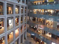 JPタワー内部は吹き抜けのホール.  この吹き抜けの周りは商店街のKITTE. JPタワーの高層部分はオフィスエリア.