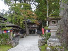 入口の山門。左の建物が切符売り場。