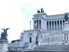 ヴィットリオ・エマヌエーレ2世記念堂前も通ります  この辺りは人出も多かったですね
