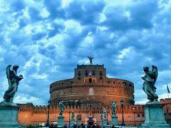 ぐるぐる回っているうちに夕暮れ時となりました  サンタンジェロ城がライトアップされて綺麗だったので  急遽バスを下車しました  モクモクした雲の背景が  かえっていい雰囲気です