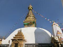 でも登りきると・・・ よく見かけるこの目が描かれたストゥーパを見ることができます。 ネパールに来たって実感しますね。