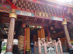 市場の真ん中にお寺もありました。