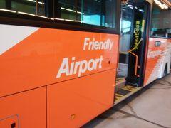 バスで新型のA321neoが待つゲートに向かいました。