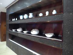 沢山並んで展示している陶器