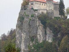 ブレット城は湖面から約130mの切り立った崖の上に建ち、スロベニア最古のお城のひとつ。
