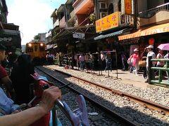 十分に移動です。 前は電車で来てすぐこの街並みでしたがタクシーだとちょっと遠くに降ろされたのでちょっと歩きました。 ちょうど電車が来たのでいいタイミングでした。
