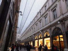 ギャルリー・サンチュベールへ。 ヨーロッパ最古のショッピングアーケードです。 老舗っぽいお店がたくさんあります。