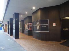 右に曲がると、フォーシーズンズホテルの3階、ハリントン通り側の入り口です。