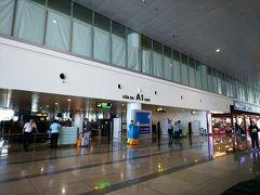 ハノイ ノイバイ国際空港 密かに機内格差を楽しんだ後は、映画を1本(ハン・ソロ観ました めっちゃ面白かった!)観て、朝が早かったので(6:55集合なので 5時前に起きた)お昼寝したら…もうハノイに着いちゃった! ベトナムって社会主義の国だけど、空港は売店もあるしキレイだし、フツーな感じです。