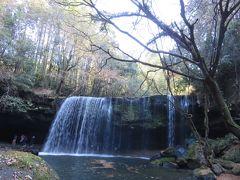 鍋ヶ滝公園・・・山中にある秘境の滝  マイナスイオンたっぷりな美しい景観に感動  滝の裏手からも観賞できる裏見の滝とも呼ばれています