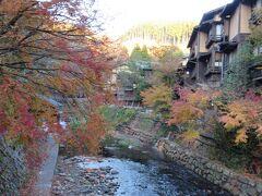 黒川温泉・・・周囲2kmの山間に二十数軒の旅館と湯けむり上がる通りをそぞろ歩きできる温泉街  入湯手形を使って宿の露天風呂めぐり楽しめます