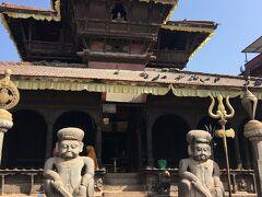 バクダプルのダルバール広場です。  ダッタトラヤ寺院で、本尊はヴィシュヌの化身であるダッタトラヤです。寺の正面には柱があり、その上にはヴィシュヌの乗り物であるガルーダの像があります。また、入り口には、伝説の戦士のジャヤ・マッラとパッタ・マッラの像が一対あります。