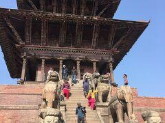 ニャタポラ寺院です。 石段の両側には、下から順に伝説の戦士・象・獅子・グリフィン・女神の石像が守護神として1対ずつ置かれており、普通の人間の10倍の力を持つ、といわれる伝説の戦士から順に上に行くにつれて力がさらに10倍ずつアップするといわれています。この寺院の本尊は女神シッディ・ラクシュミであるといわれています