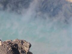阿蘇中岳火口・・・阿蘇山群の中心にある中岳は、今なお火山活動を続ける活火山  第1火口のみ活動続けていて、ここでは間近に噴煙上がる阿蘇火山口とエメラルドグリーンの火山湖を見ることができます
