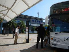 台北から台湾新幹線で台南まで。 混雑する高鐵台南駅を出ると 「ポケモンGO」イベント会場への無料シャトルバスの 案内があって誘導されています。 皆さん・・そちらへゾロゾロと。  びび家はイベント会場へ向かう前に行きたいところが・・ まず「月世界」へ向かいます。 バスプールからバスが出ているはず。 事前に高雄バスのHPでリサーチ済。 E07の路線です。 バス停は発見!時刻表はない? バス停のバーコードをスマホで読取り時刻表を確認しました。 でも・・時間が過ぎてもバスは来ない。 乗客の姿もない・・。  E07路線は休日は路線が拡大され 始発台南空港から奇美博物館経由で高鐵台南駅まで来て そこから月世界方面へ行くルート。 奇美博物館といえば・・今まさにイベントの真っ最中。 きっと混雑でバスが遅れているのかな・・ 果たして来るのかな??  定刻より30分経過でもバスはまだ来ない・・。 タクシーで向かう?でも帰りは? 今回は諦めて本来の目的であるイベント会場へ向かおうか・・ と思った時バスが来た!  E07路線「往實〇大学(〇は漢字が出ない・・)」 運転手さんに行き先「日月禅寺」と確認して乗車します。 悠遊カード使えます。  運転手さん・・「渋滞してすごく遅れちゃったよ~~」(多分)と 言っていたと思う。  もう無事にバスに乗れただけホッと安心。 エアコンの効いた車内は気持ち良い。