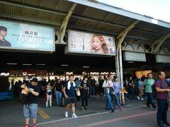 電車もすぐ来て・・思ったほどの混雑もなく 台南駅までは一駅。無事到着しました~。  日本統治時代1900年ごろ建てられたというレトロな・・ そして懐かしい雰囲気の駅です。 もう日本ではなかなかないね‥この雰囲気。  仙台駅もこんな感じだったな~~昔は。