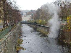テプラー川から湯けむりが。硫黄の香りがする。 温泉地に来たことを実感。