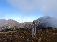 阿弥陀岳(標高2805m)に登頂♪日本百高山の80座目(ちなみに残り20座は北アルプス14、中央アルプス1、南アルプス4、白山)。  ちょうどタイミング良くガスが晴れて、赤岳(写真右)と横岳(写真左)が見えました。