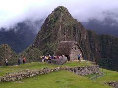 祭壇と小屋。 この辺りで、ガイドさんの説明が小一時間。 インカのパワーを感じる場所です。