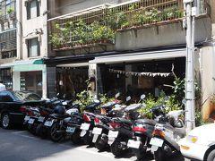 目指すカフェは 日常生活 a day という名前 お店の前にはバイクがずらり こんなところにおしゃれなカフェがあるのか?