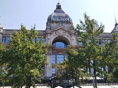 ホームの券売機で、3ユーロのチケットを買い、地下鉄を上がると、ホテル前は広場になっていて、マーケットが開かれていました。
