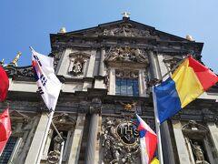 3つめはSt.Carolus Borromeus教会。ルーベンスが描いた39枚の天井画は、落雷による火災で焼失してしまいましたが、ファザードはそのまま残っており、中心にはイエズス会の紋章(IHS)があります。素敵な外観なのに、何故か国旗が沢山で、ファザードが見えにくい。