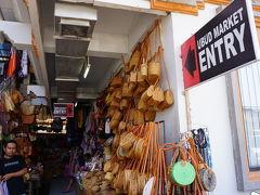 10:45 ウブド市場  二人でまずやって来たのがウブド市場。  狭い通路にたくさんのお店が並んでいました。  円い形のかごバッグ、たくさん並んでいました。