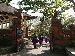 16:10 ウルワツ寺院  途中渋滞したものの早めにウルワツ寺院に到着。 既に観光客でいっぱい!