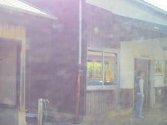 かわひら駅だったと思います。こうやって記憶が薄れていくので、去年の旅行ですが、今回旅行記を書いておこうと思いました。 (PS後日調べて見ると、昭和5年築の三江線最古の木造駅舎+トイレでした)