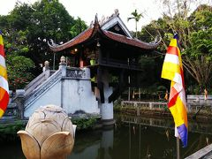 お寺の名前は、「一柱寺」。とても有名なお寺です。文字通り、一本柱の上に建っています。 昔は木製の柱だったそうですが、爆撃にあい消失。現在の本堂は復元したもので、その時柱もコンクリート製に替えたそうです。
