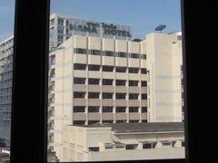 窓から 世界的に有名な(外道と呼ばれる)【ナナホテル】が見えます(アタシは大好き)!  ここは【ナナプラザ】の裏と言える立地 ♡