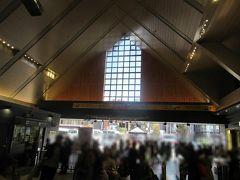 午前11時前のJR横須賀線鎌倉駅に降り立ちました。 鎌倉駅は平日休日にかかわらずいつでも多くの人でにぎわっています。
