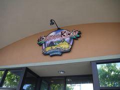 ハワイには何回も来てますが、お昼は初めて「ブーツ&キモズ」に来ました。 今まですごく混んでる&パンケーキにそこまで興味はない理由で避けてましたが、 旅行の計画を立ててる時に一度は行ってみるのもいいかも思い、混雑してない時間を狙ってきました。 13時頃来ましたが、すぐに店内に案内されました。