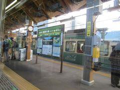 稲村ヶ崎駅。 ここでも対向列車と行き違い。