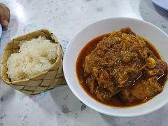 生姜がかなり効いたお肉たっぷりのカレー、ゲーンハンレー。本当は普通のお米で食べるらしいですが、もち米との相性も抜群!生姜がかなり効いていて体が温まります。