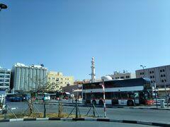 アルグバイバのバスターミナルです。 周りにはローカルチックなお店が沢山!  タクシーを降りてすぐ、また別のタクシーの 客引きに連れて行かれそうに(笑) とりあえず断り、アブダビ行きのバスは どこか聞くと快く教えてくれて親切(笑)