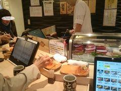 朝7時前の出発だったので、私は朝ご飯を食べていません。 新千歳空港内の立ち食いのお寿司屋さん。 毎度行くたびに気になっていました。 食べました。普通に美味しいです(^-^) 空港価格かな(^-^; 私は3貫で1,000円。