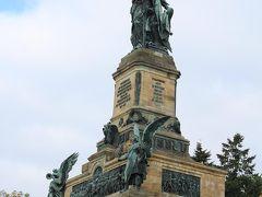 ニーダーヴァルト記念碑。  wikiによると、1871年のドイツ帝国発足を記念して建設されたそうです。 近くまでくると大きくて迫力があります。