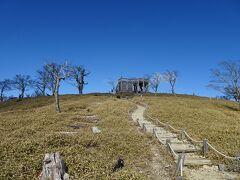 一旦下って登り返すと、展望台の建つ日出ヶ岳(標高1695m)に登頂♪ 日本百名山の72座目。