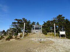 神社のある弥山山頂