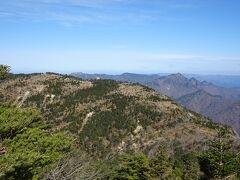 弥山と大普賢岳方面の景色。手前が弥山で右奥が大普賢岳。