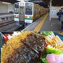 豊橋で朝を迎えた10日土曜日。この日はJRで旅を再開。   豊橋駅では、事前に調べていた切符を窓口で購入。   「青空フリーパス」(2570円)なる、土日休日と年末年始に、名古屋を中心に各方面の在来線快速・普通列車が乗り放題になる切符ですよ。    いそいそとホームに向かい、飯田線のワンマン列車に座席を確保。   車内で、豊橋の駅で購入しておいた味噌カツ弁当(390円)をいただく。美味い。