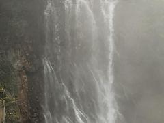 妙見温泉まで少しまわり道になるが 折角なので景勝地を案内してもらった  丸尾滝 天気の良い日は虹が出て 滝壺がエメラルドグリーンだそう  いやこの滝、いくつかの源泉が合流した 温泉滝だという事で感無量!