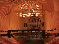 コンサートホールは舞台に人がいる時は撮影できない。この日は幸運にも誰もいなかったので撮影可。  音響を考慮し、壁も曲線でカットされている。  ホールの内部の建築時には既にウツソンは外れており、別の複数名が内部を設計している。