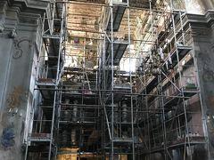 「聖ペテロと12使徒の教会」へ。修復中なのでそっと見学。