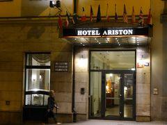 プラハでは「アリストン & アリストン パティオ ホテル」に泊まります。 ホテルの入口です。ここのフロントでチェックインをしました。 ただ、私達が泊まるのはここではなく、道路を挟んで向かいにある「アリストン パティオ ホテル」です。  トラムの停留所が近くにあり便利でした。