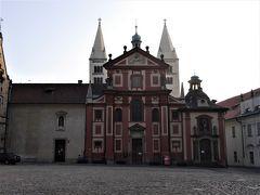 プラハ城に到着です。 ここは、聖イジー教会です。 まだ、9時になっていないので、後で入ることにします。