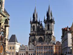 旧市街広場には、ティーン教会の塔がそびえ建っています。
