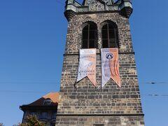 ミュシャ美術館出て、電車道を歩いて行くとインドジシュスカー塔に出ました。 この後期ゴシック様式の塔は、セントヘンリー教会とセントクンフタ教会の一部で、その高さは65.7 mで、プラハで最も自立している鐘楼です。